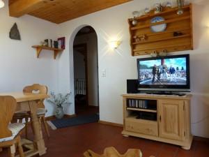 Wohnraum mit Essecke und Couch in der Ferienwohnung