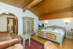 Kunstvoll bemalte Möbel im Altenburger Hof, Reit im Winkl